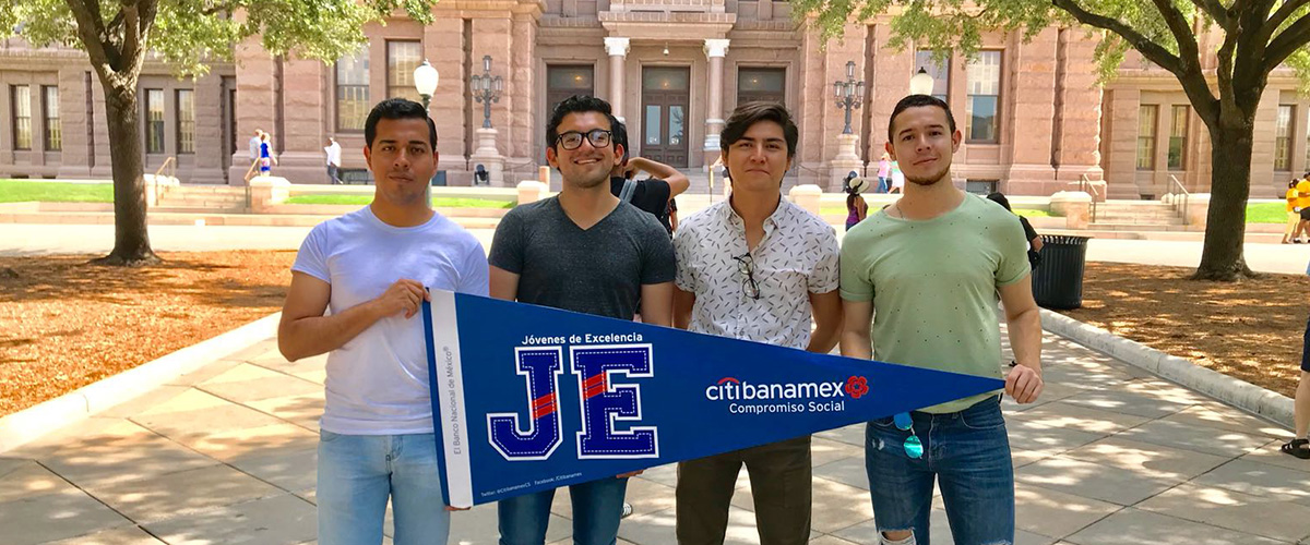 Students posing in front of the Texas Capitol with Citibanamex flag
